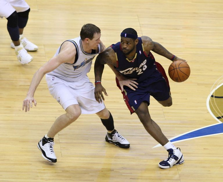LeBron James tenta passar por Darius Songaila | Foto: Keith Allison/Flickr
